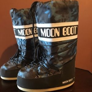 The Impossibly Chic Moon Boot - in Navy Camo